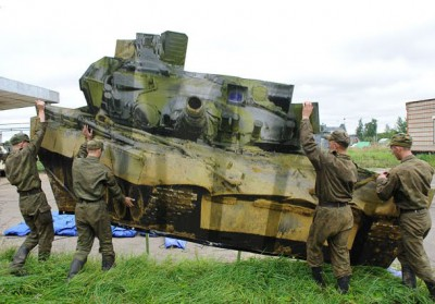 russian-soldiers-carry-tank.jpg